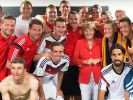 Nach dem Deutschland-Sieg gegen Portugal bei der Fußball-WM 2014 in Brasilien ließ sich Bundeskanzlerin Angela Merkel den Kabinenbesuch nicht entgehen. (Foto)