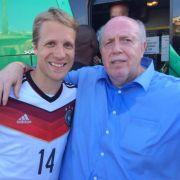 Völlig verausgabt hat sich Rainer Calmund, den das erste Spiel der deutschen Mannschaft sichtlich den Schweiß auf die Stirn getrieben hat. Hier im Arm mit Oli Pocher.