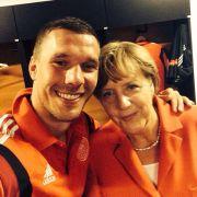 Darauf haben alle gewartet. Das versprochene Kanzler-Selfie mit Lukas Podolski und Angela Merkel.