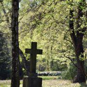 Bestattungswünsche mit Angehörigen absprechen (Foto)