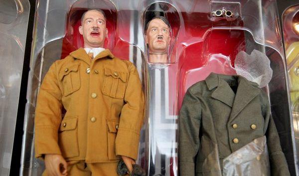 In Kiew gab es Hitler-Puppen, die man ähnlich einer Barbie in verschiedene Outfits stecken konnte.