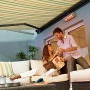 Der Lieblingsplatz an frischer Luft: Mit einem schmucken Schattenspender und gemütlichen Sitzmöbeln wird die Terrasse zum Freiluftwohnzimmer.