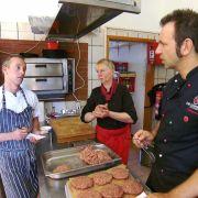 Kochprofi Ole Plogstedt (rechts) gibt Stefan und Köchin Manuela viele gute Tipps.