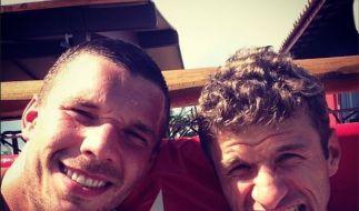 Harte Arbeit, so eine Fußball-WM. @Podolski10 und @esmuellert_. (Foto)