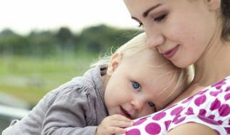 Sind ernsthafte Krankheiten als Ursache für die Bauchschmerzen ausgeschlossen, helfen gegen harmlose Verdauungsbeschwerden bei Babys und Kindern oft viel Liebe und sanfte Behandlungsmethoden. (Foto)