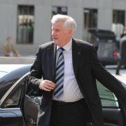 Seehofer wehrt sich gegen innerparteiliche Attacken (Foto)