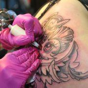Kind (12) trägt nun Bitch-Tattoo auf Unterarm (Foto)