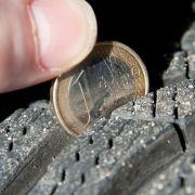 Nicht auf der letzten Rille: Reifencheck vor dem Urlaub (Foto)