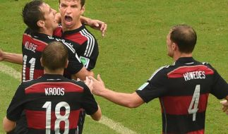 Torschütze Thomas Müller (M.) wird von Miroslav Klose (l), ToniKroos (u) und Benedikt Höwedes gefeiert. (Foto)