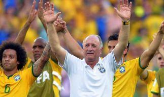 Nationaltrainer Luiz Felipe Scolari (M.) und die brasilianischen Spieler waren nach dem Elferkrimi sichtlich erleichtert. (Foto)