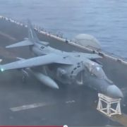 Kampfjet landet auf Barhocker.