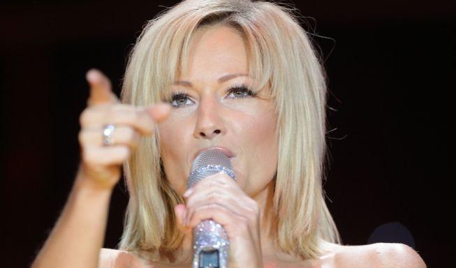 2012 wurden die Haare wieder länger, aber die Kleidchen immer kürzer und enger. Bei einem Konzert in Magdeburg gibt die Sängerin tiefe Einblicke und macht so die Männer verrückt.