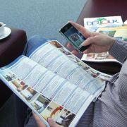 Kataloge ohne Ende: Urlauber blättern gerne vor dem Buchen (Foto)