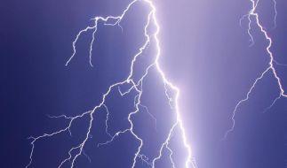In Neuseeland schlug der Blitz in ein Haus so kräftig ein, dass das Ehebett Feuer fing. (Foto)