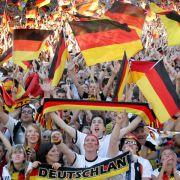 Menschenmassen und Hitze - So überstehen Fans das Public Viewing (Foto)