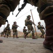 Israel verlegt Bodentruppen an den Rand des Gazastreifens (Foto)