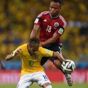 Kniestoß ins Krankenhaus: Juan Zuniga gegen Neymar.