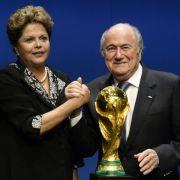 Jetzt ist's sicher: Rousseff übergibt den WM-Pokal (Foto)