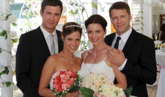 Die Brautpaare Dennise und Bianca Hoffman (Jochen Schropp, Birthe Wolter, l.) sowie Anne und Robert Grunert (Gisa Zach, Bruno Eyron, r.). (Foto)