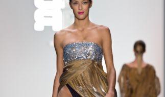 Rebecca Mir zeigt auf der Berlin Fashion Week Höschen. (Foto)