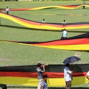 Fan in Bangladesch näht 3,5 Kilometer lange deutsche Fahne (Foto)