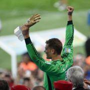 Neuer bekommt als bester WM-Torwart Goldenen Handschuh (Foto)