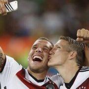 Küsschen für die Weltmeister: Für Lukas Podolski und Bastian Schweinsteiger herrschte Selfie-Alarm nach dem Abpfiff.