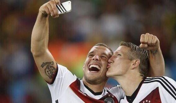 Küsschen für die Weltmeister: Für Lukas Podolski und Bastian Schweinsteiger herrschte Selfie-Alarm nach dem Abpfiff. (Foto)