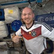 Astronaut Alexander Gerst hat bereits einen vierten Stern auf seinem Trikot - und schickt Glückwünsche aus dem Weltraum.