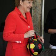 Neues Must-Have für Weltmeisterinnen? Angela Merkel posiert stilecht mit Schland-Täschchen.