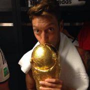Nur Mesut Özil und der WM-Pokal.
