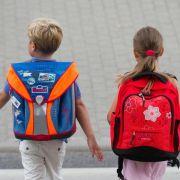 Blickkontakt am Zebrastreifen - So kommen Kinder sicher zur Schule (Foto)