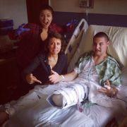 Trotz folgenschwerer Operation zu Scherzen aufgelegt: Joe Pleban (rechts) im Krankenhaus nach der Amputation.