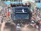 Der Weltmeister ist zurück in Deutschland und wird gebührend empfangen. (Foto)