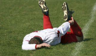 Wer sich schon vor dem Spiel gut aufwärmt, verringert später das Risiko für Verletzungen. (Foto)