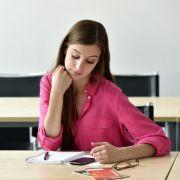 Handy und Laptop lenken Studenten in der Vorlesung oft ab (Foto)
