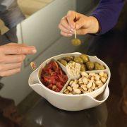 Gemeinsam snacken wird mit der Schale Double Dish Deluxe zu einem wahren Festschmaus.