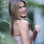 Jennifer Aniston ist schlank und fit. Bei einer Körpergröße von 1,64 m bringt sie etwa 53 Kilo auf die Waage.