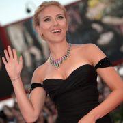 Scarlett Johansson wird für ihre weiblichen Rundungen geliebt. Bei kleine 1,62 m wiegt die Schauspielerin normale 55 Kilo.