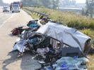 Von dem Kleinbus sind nur noch Trümmer auf der A4 bei Dresden-Neustadt übrig. Ein Horror-Crash forderte neun Todesopfer und zahlreiche Schwerverletzte. (Foto)