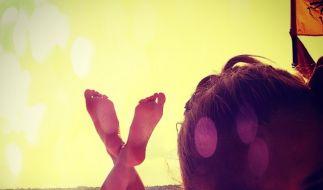 Nach der Fußball-Weltmeisterschaft genießt Spielerfrau Lena Gercke den wohlverdienten Urlaub und lässt sich die Sonne auf den Popo scheinen. (Foto)