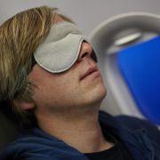 Gegen Thrombose beim Flug: Beine ausstrecken und viel trinken (Foto)