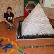 Junge baut Rekordpyramide aus 15 000 Dominosteinen (Foto)