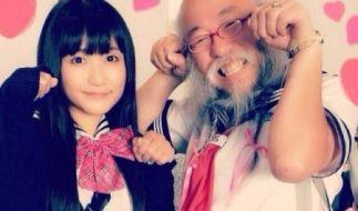 Hideaki Kobayashi (rechts) hat es in kessen Schulmädchenuniformen zum Internettrend geschafft. (Foto)