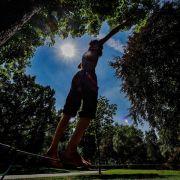 Gutes Gleichgewichtstraining: Balancieren auf der Slackline (Foto)