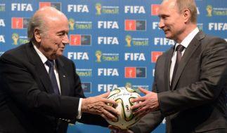 FIFA-Präsident Blatter überreicht Russlands Präsident Wladimir Putin symbolisch einen WM-Ball. (Foto)