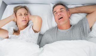 Egal, ob der Partner schnarcht oder die Nachbarn feiern - Lärm verfolgt uns überall und kann auch im Schlaf nicht ausgeblendet werden. Ohrstöpsel können für die dringend benötigte Ruhe sorgen. (Foto)