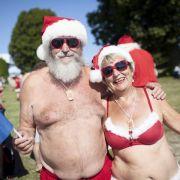 Wilder Weihnachtsmann-Wettstreit bei brütender Sommerhitze (Foto)