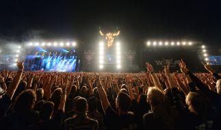 Die Black Metal Stage und die True Metal Stage bei Nacht. (Foto)