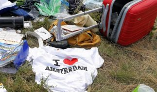 Plünderungen am Unglücksort: Offenbar bereichern sich Urkainer am Hab und Gut der MH17-Ofper. (Foto)